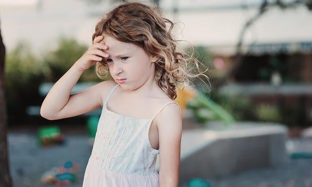 Tinnitus bei Kindern: Was Eltern unbedingt wissen (und tun) sollten
